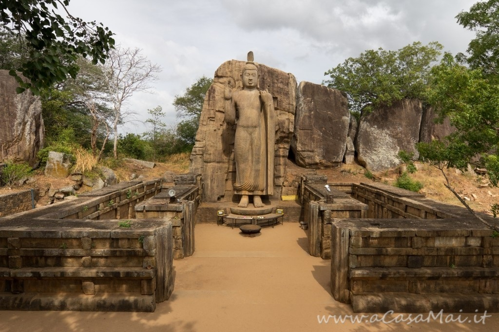 L'enorme statua Aukana Buddha in Sri Lanka