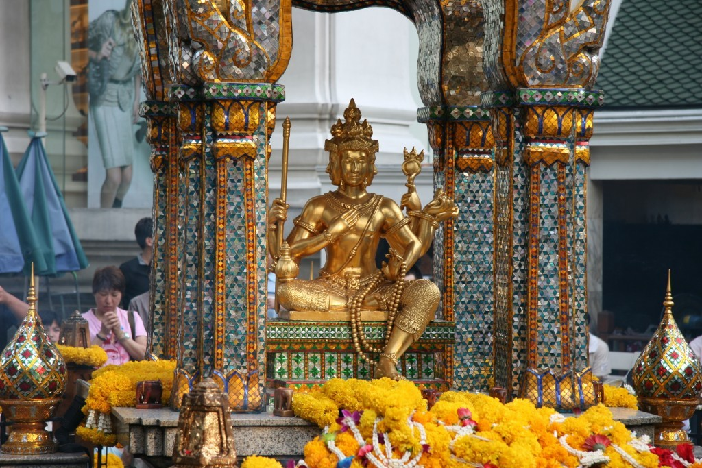 Il piccolo ma affollato Erawan Shrine a Bangkok