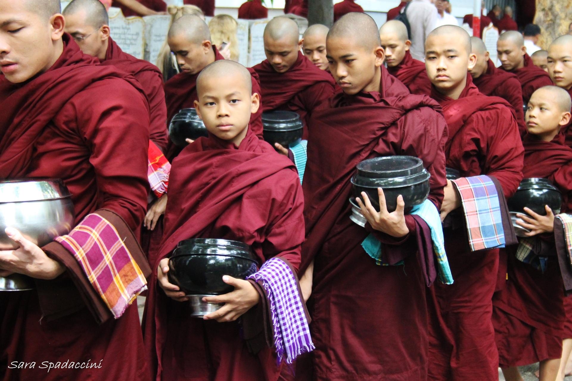 monaci-in-fila-per-il-pasto-al-monastero-mahagandayon-5-amarapura-birmania