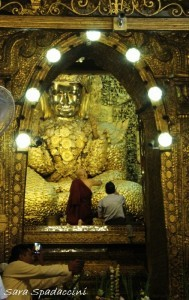 statua-del-buddha-a-mahamuni-paya-3-mandalay-myanmar