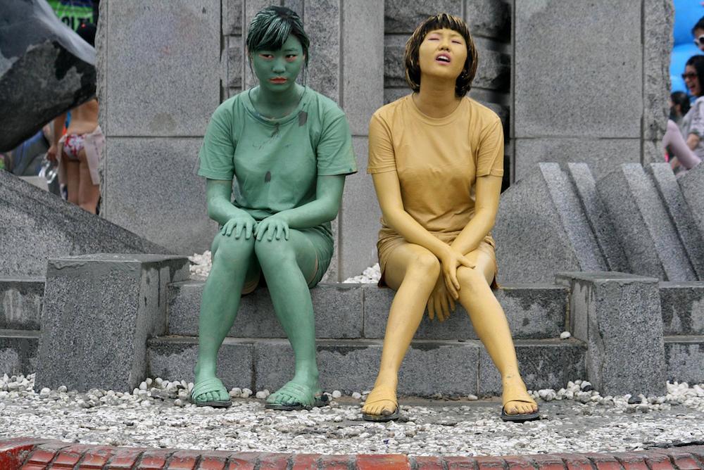 I colori dei fanghi sono un contrasto meraviglioso nella festa del Mud Festival