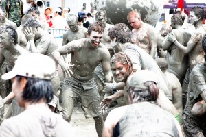 Nel Mud Festival esiste un solo imperativo: ricoprirsi di fango