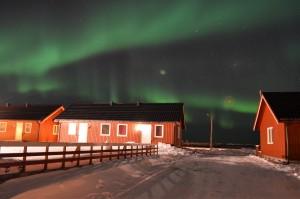 Aurora e case in Norvegia - © Fabio Santacaterina (@bohemien86 su instagram)