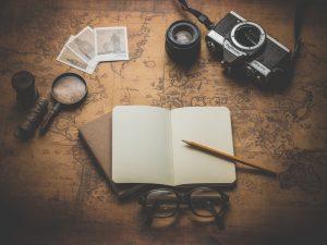 Informarsi online per organizza un viaggio.