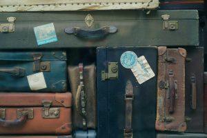 Fare la valigia e organizzare un viaggio online.